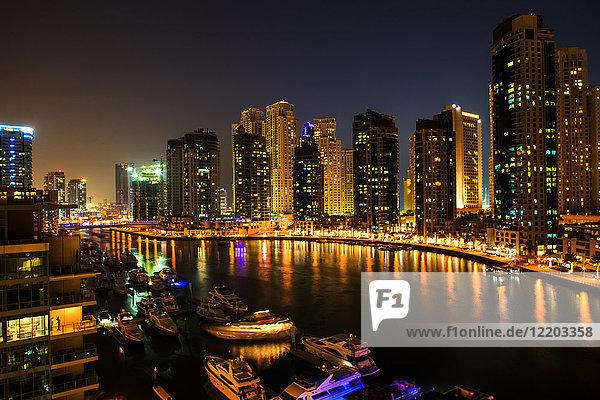 Vereinigte Arabische Emirate  Dubai  Dubai Marina bei Nacht