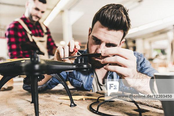 Mann bei der Arbeit an der Drohne in der Werkstatt