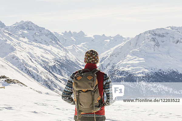 Schweiz  Engadin  Wanderer in der Bergwelt mit Blick auf die Aussicht