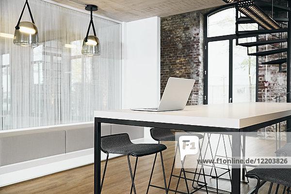 Laptop im Besprechungsraum im modernen Büro