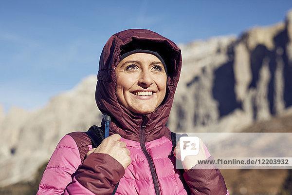 Porträt einer selbstbewussten jungen Frau beim Wandern in den Bergen