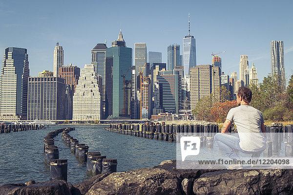 USA  New York City  Mann mit Blick auf die Skyline mit One World Trade Center