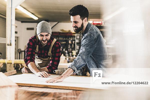Zwei Männer diskutieren im Workshop