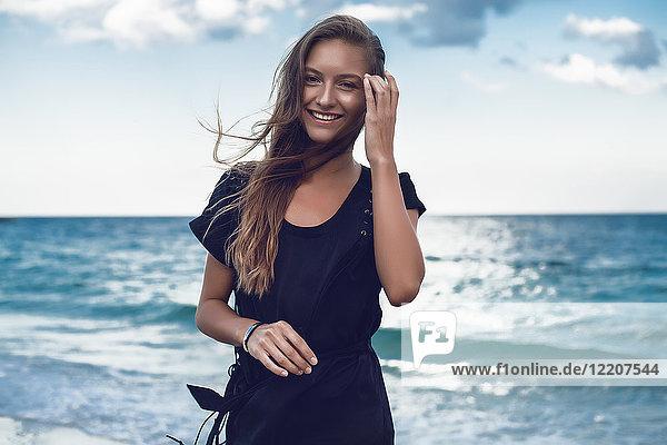 Porträt einer glücklichen jungen Frau am Strand  Odessa  Oblast Odessa  Ukraine