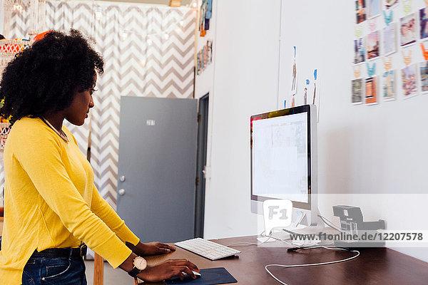 Frau im Kreativstudio am Computer