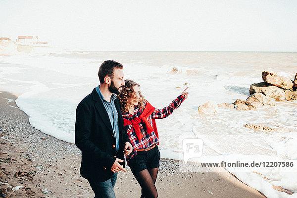 Romantisches Paar mittlerer Erwachsener  das vom Strand aus zeigt  Oblast Odessa  Ukraine