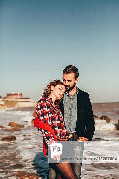 Romantisches Paar mittlerer Erwachsener am Strand stehend  Oblast Odessa  Ukraine