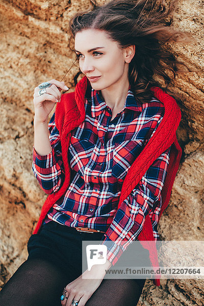 Porträt einer mittelgroßen erwachsenen Frau  die sich an eine Strandklippe lehnt  Oblast Odessa  Ukraine