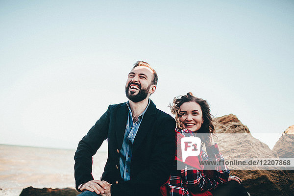 Paar mittlerer Erwachsener  die zusammen am Strand lachen  Oblast Odessa  Ukraine