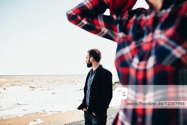 Mittelgroßer erwachsener Mann mit Freundin am Strand  Oblast Odessa  Ukraine