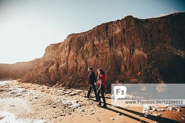 Romantisches Paar mittlerer Erwachsener beim Spaziergang an einer Strandklippe  Oblast Odessa  Ukraine