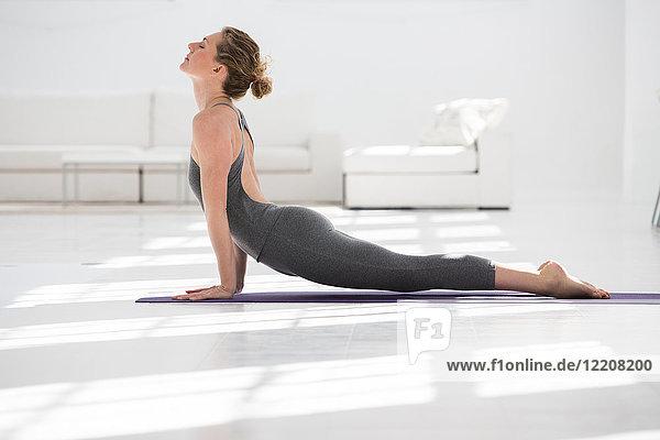 Frau zu Hause  macht Yoga  in Yogastellung