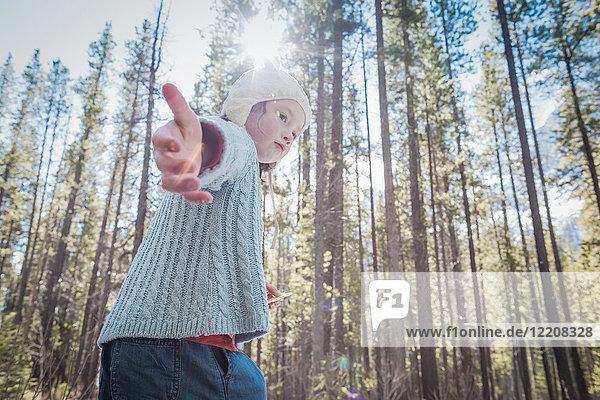 Mädchen mit Hut im Wald  Alberta  Kanada