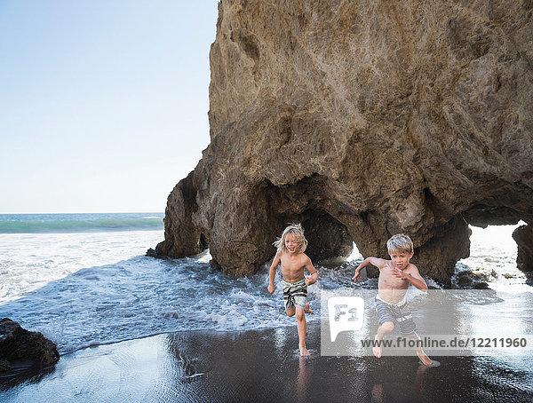 Brüder spielen am Strand von El Matador  Malibu  USA