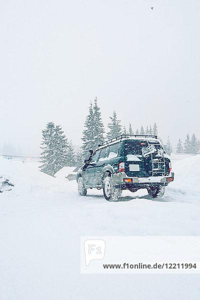 Geländewagen auf schneebedecktem Feld  Gurne  Ukraine