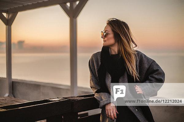 Porträt einer Frau im Wintermantel und mit Sonnenbrille beim Wegschauen  Odessa  Odeska Oblast  Ukraine