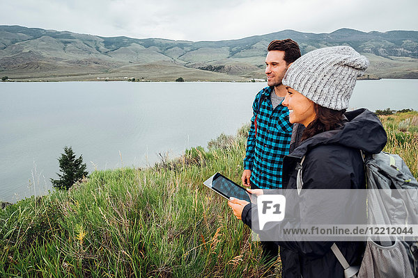 Paar beim Wandern  neben dem Dillon-Reservoir stehend  junge Frau hält digitales Tablett  Silverthorne  Colorado  USA