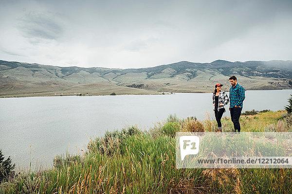 Paar zu Fuss in der Nähe des Dillon Reservoirs  Silverthorne  Colorado  USA