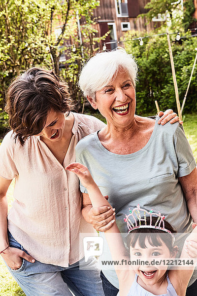 Porträt einer älteren Frau mit erwachsener Tochter und Enkelin  im Freien  lachend