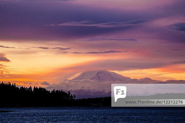 Schneebedeckter Berg bei Sonnenuntergang  Bainbridge  Washington  Vereinigte Staaten