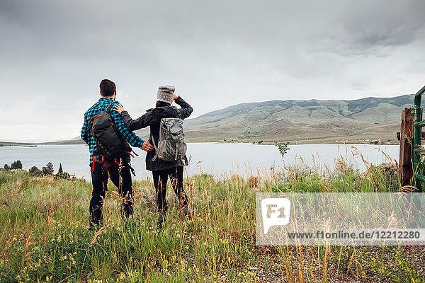 Paar in der Nähe des Dillon Reservoirs  Blick auf die Aussicht  Silverthorne  Colorado  USA