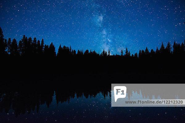 Astronomische Dämmerung  Milchstraßen-Galaxie  Nickelplatten-Provinzpark  Penticon  Britisch-Kolumbien  Kanada Astronomische Dämmerung, Milchstraßen-Galaxie, Nickelplatten-Provinzpark, Penticon, Britisch-Kolumbien, Kanada