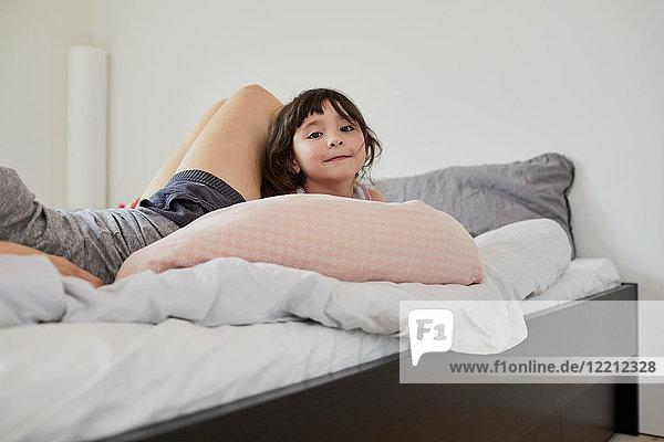 Mutter und Tochter entspannen sich auf dem Bett  Mittelteil