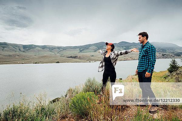 Paar zu Fuss in der Nähe des Dillon-Reservoirs  die Arme einer jungen Frau ausgestreckt  Silverthorne  Colorado  USA