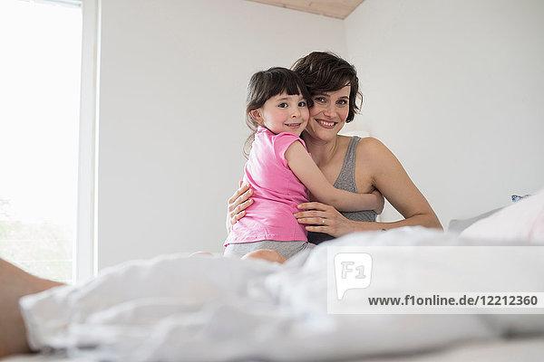 Porträt von Mutter und Tochter zu Hause  sich umarmend