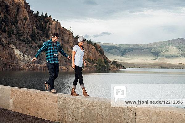 Paar  das an der Wand neben dem Dillon-Stausee entlanggeht  Silverthorne  Colorado  USA