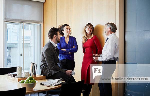 Geschäftsfrauen und -männer bei Bürobesprechung