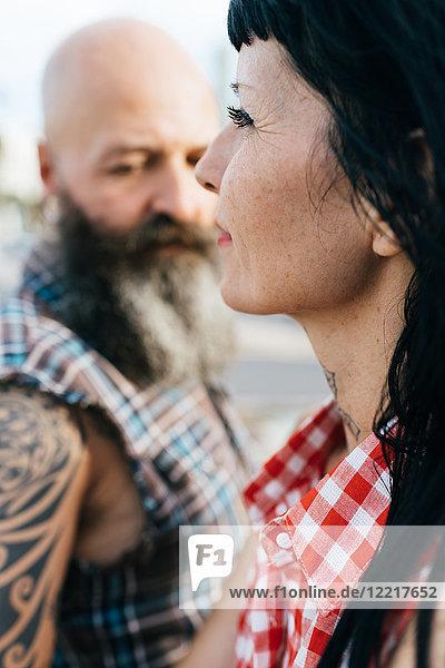 Profilporträt einer reifen Hipster-Frau mit Freund