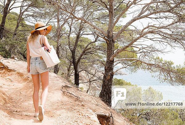 Frau zu Fuß entlang des Küstenweges  Tossa de mar  Katalonien  Spanien