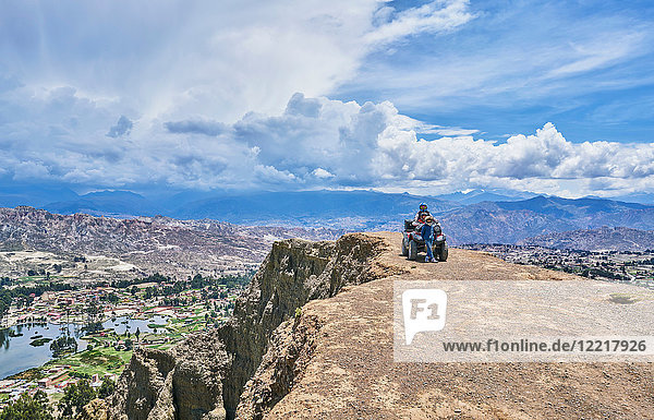 Mutter und Söhne neben dem Quad  auf dem Berggipfel  La Paz  Bolivien  Südamerika