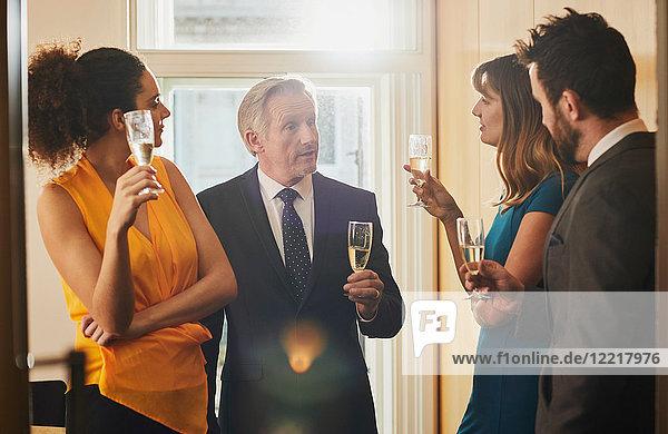 Geschäftsteam trinkt Champagner bei Bürofeier