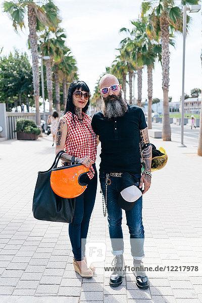 Porträt eines reifen Hipster-Paares auf dem Bürgersteig  Valencia  Spanien