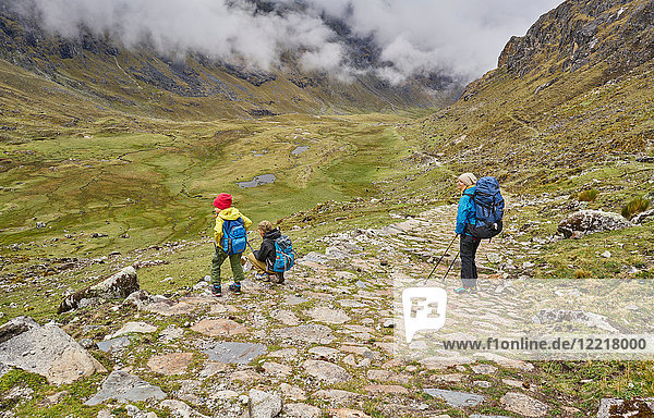 Mutter und Söhne  Trekking durch die Landschaft  Ventilla  La Paz  Bolivien  Südamerika