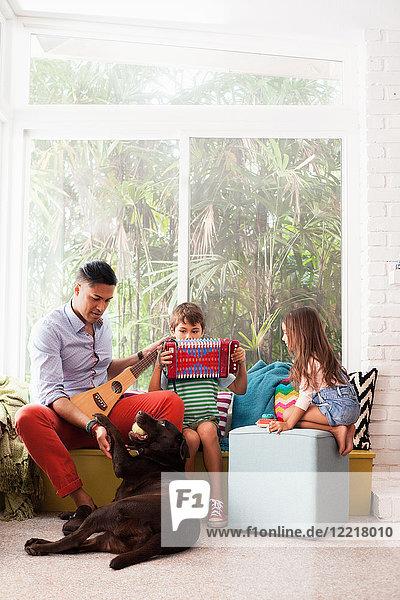 Mädchen sieht Jungen und Musiklehrerin am Fensterplatz
