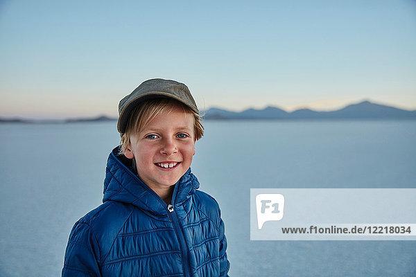 Porträt eines Jungen auf Salinen  Salar de Uyuni  Uyuni  Oruro  Bolivien  Südamerika