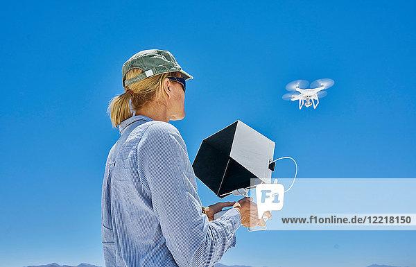 Frau fliegende Drohne  Niedrigwinkelansicht  Uyuni  Oruro  Bolivien  Südamerika