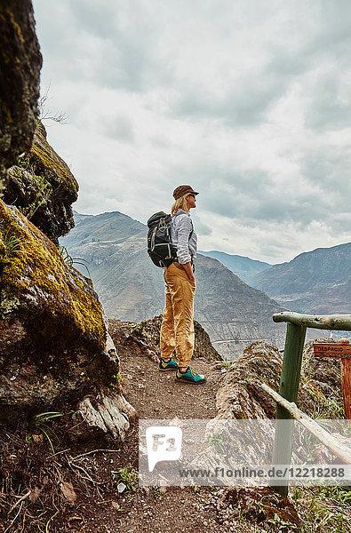 Wanderin mit Blick auf ferne Berge  Pisac  Cusco  Peru