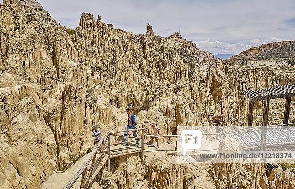 Mutter und Söhne wandern auf Wanderwegen  durch Felsformationen  La Paz  Bolivien  Südamerika
