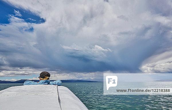 Frau auf Boot  Blick in die Ansicht  Rückansicht  Huarina  La Paz  Bolivien  Südamerika