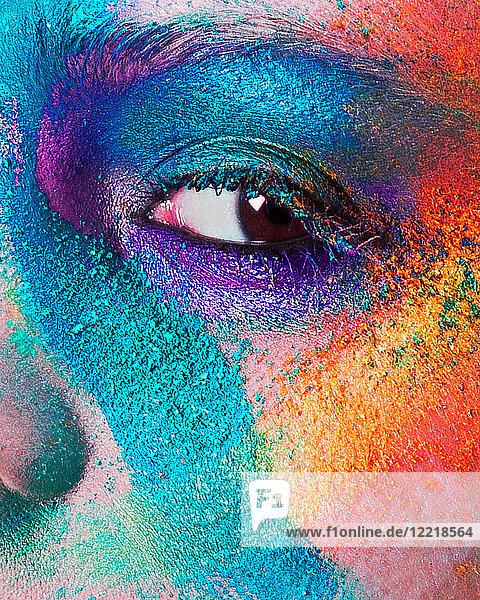 Studioporträt des Gesichts einer jungen Frau mit mehrfarbigem Puderlidschatten  Nahaufnahme