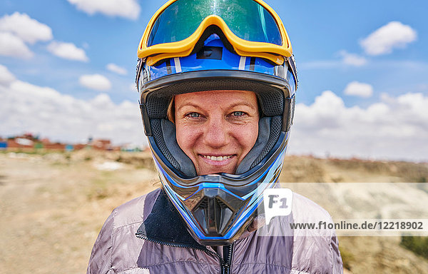 Porträt einer Frau mit Sturzhelm  Nahaufnahme  La Paz  Bolivien  Südamerika