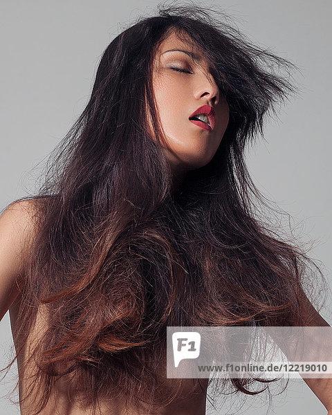 Bildnis einer nackten jungen Frau  langes Haar bedeckt die Brüste