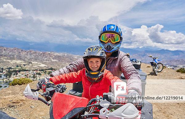 Mutter und Sohn auf dem Gipfel eines Berges mit dem Quad  La Paz  Bolivien  Südamerika
