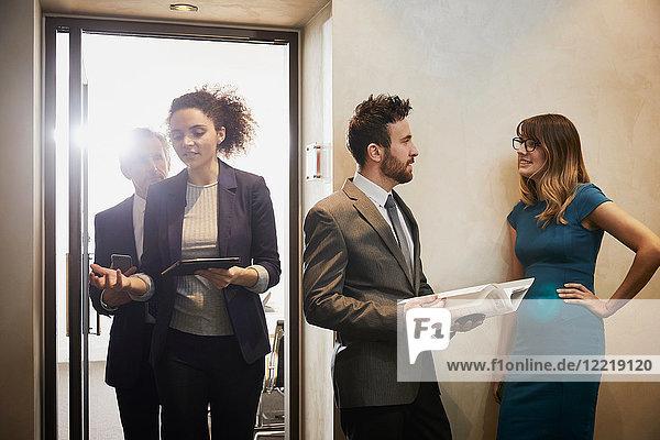 Geschäftsteam verlässt Büro-Meeting