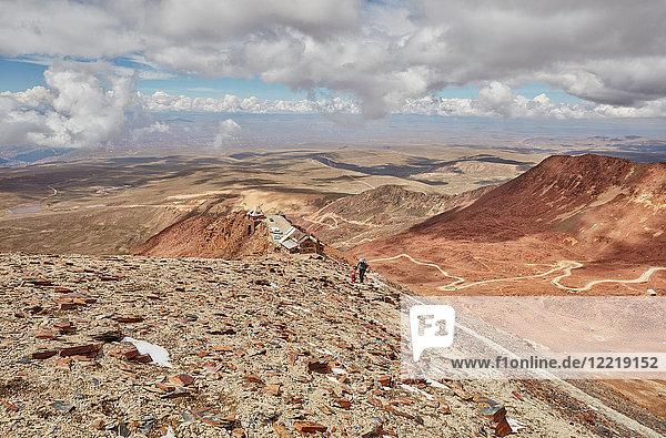 Mutter und Sohn  Trekking durch die Landschaft  Chacaltaya  La Paz  Bolivien  Südamerika