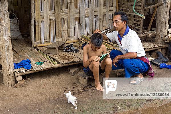 Asien  Thailand  Chiang Mai  Ban Huay Pa Rai Hill Tribe Village  Friseur